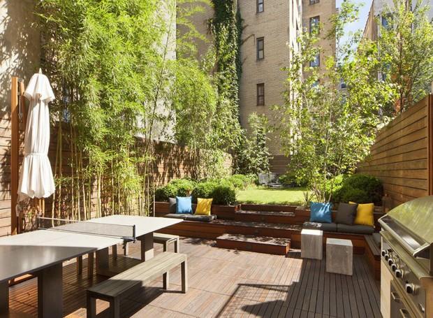O deck todo de madeira possui um jardim decorado por bambus (Foto: Scott Parks Realty/ Reprodução)