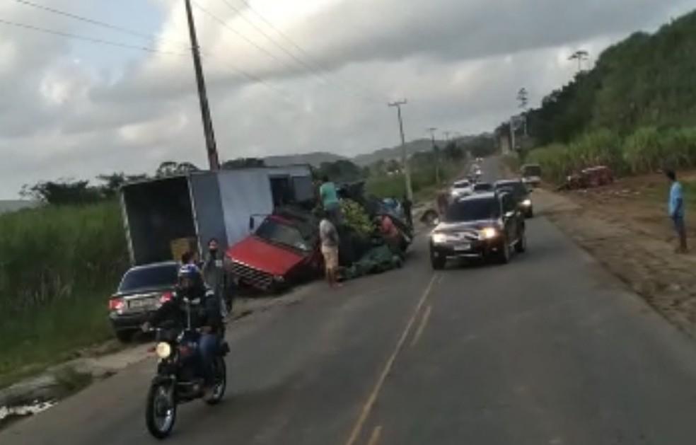 Caminhonete que levava carga de bananas colidiu com outro veículo na PE-60, em Ipojuca — Foto: Reprodução/WhatsApp