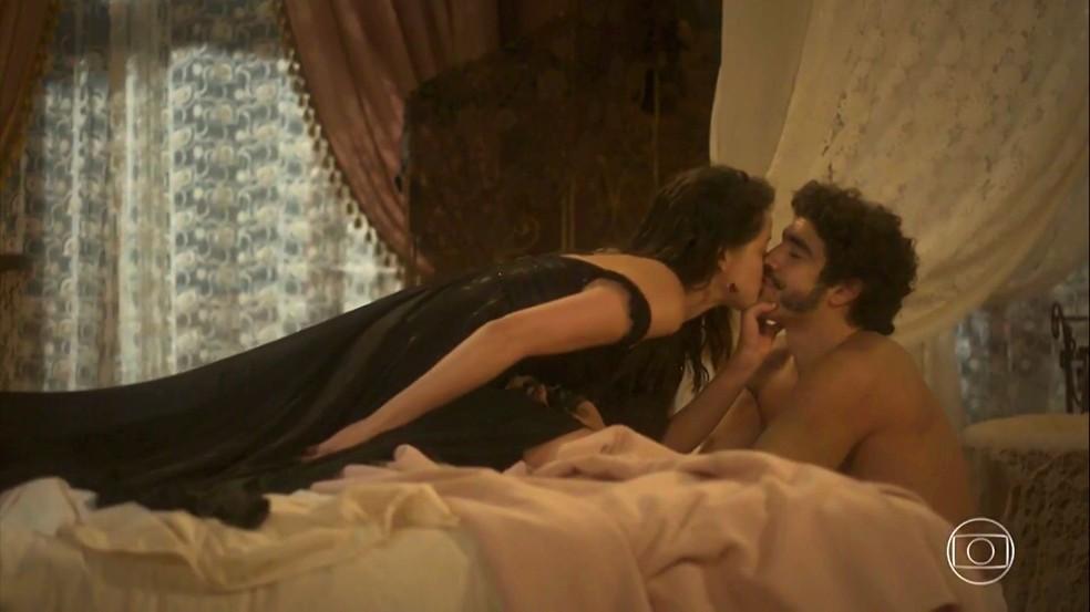 Dom Pedro (Caio Castro) promove Domitila (Agatha Moreira) a rainha do seu coração, em 'Novo Mundo' — Foto: TV Globo