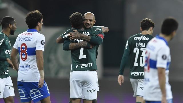Marcos Rocha e Felipe Melo comemoram gol do Palmeiras contra Universidad Católica