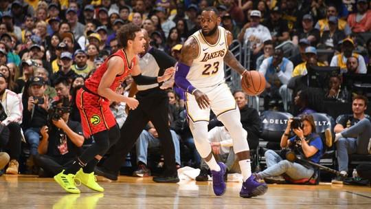 Com enterrada e toco no apagar das luzes, Lakers viram sobre o Hawks e vencem a 3ª seguida