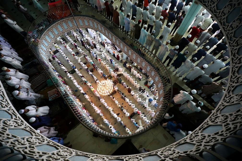 31 de maio - Fiéis muçulmanos fazem orações na Mesquita Nacional Baitul Mukarram durante a Jumat-ul-Vida, a última sexta-feira do mês islâmico de jejuns do Ramadã, em Daca, Bangladesh — Foto: Mohammad Ponir Hossain/Reuters