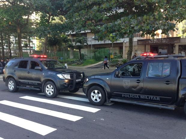 Agentes realizam busca na casa de contraventor em São Conrado (Foto: Mariucha Machado / G1)