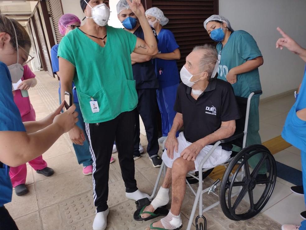 Saída do idoso foi marcada com muita emoção  — Foto: Arquivo pessoal