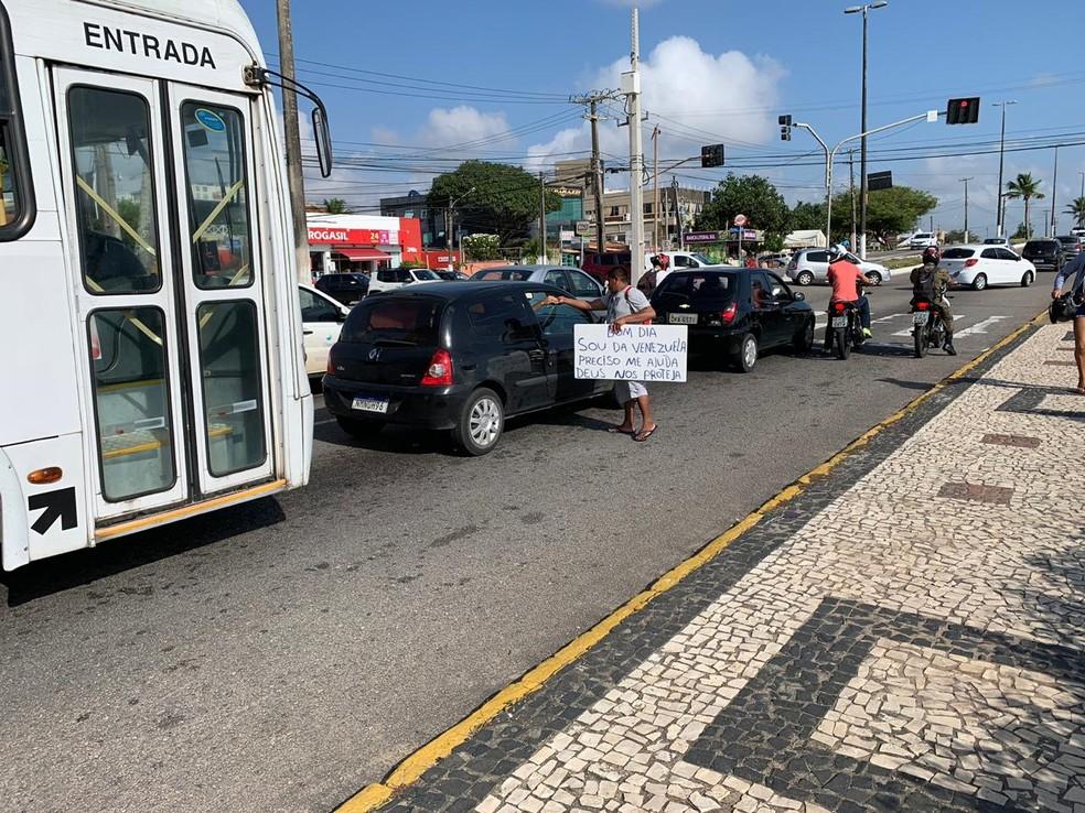 Venezuelanos estão nos sinais de Natal pedindo dinheiro — Foto: Anna Alyne Cunha/Inter TV Cabugi