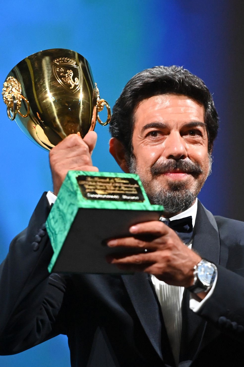 """Ator e produtor italiano Pierfrancesco Favino recebe prêmio de melhor ator por """"Padrenostro"""" no 77º Festival de Cinema de Veneza — Foto: Alberto PIZZOLI / AFP"""
