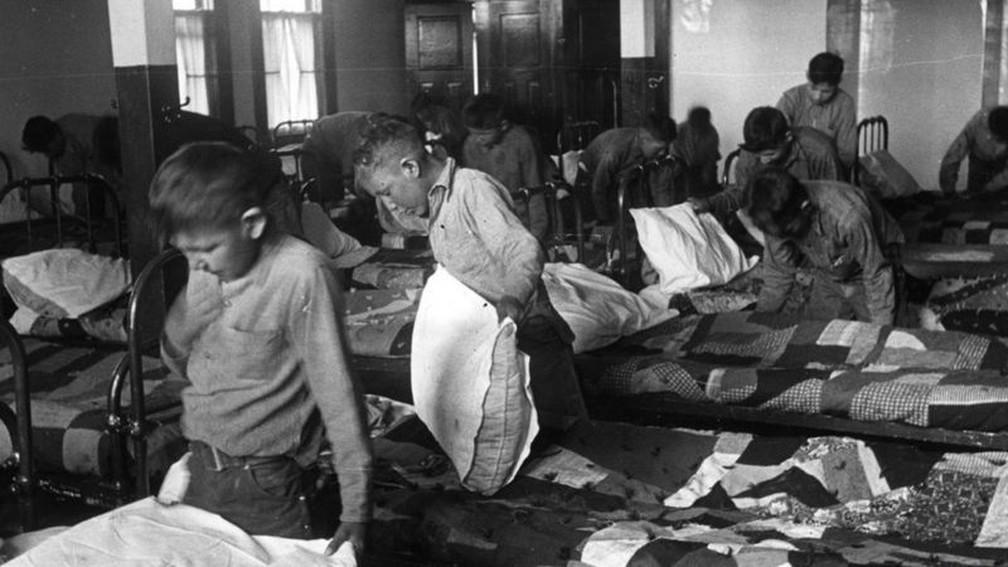 Crianças em um internato para menores indígenas no Canadá em 1950 — Foto: Getty Images/BBC