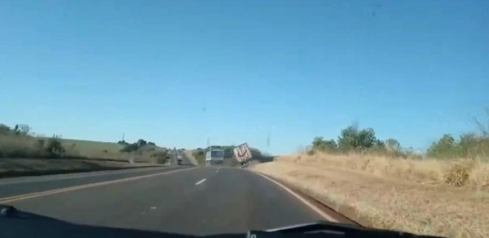Situação aconteceu na tarde de domingo (10) na BR-277, em Guarapuava — Foto: Reprodução/PRF