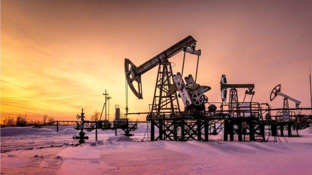 A facilidade de extração de petróleo, as relações comerciais e externas do país e sua política tributária influenciam a rentabilidade da produção (Foto: GETTY IMAGES)