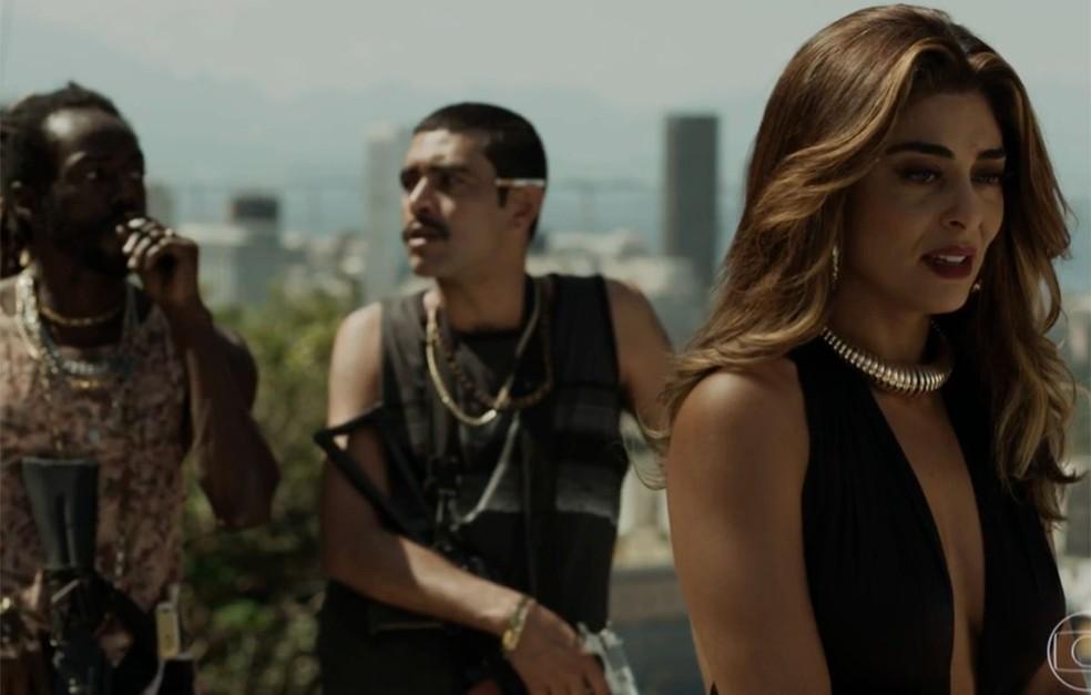 Em 'A Força do Querer', Sabiá (Jonathan Azevedo, à esquerda) garante a Bibi (Juliana Paes) que vai resgatar Rubinho (Emilio Dantas) — Foto: Globo