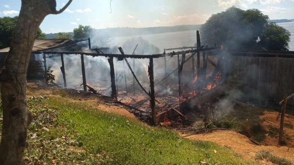 Casa em aldeia Munduruku é incendiada em Jacareacanga, no Pará. — Foto: Reprodução