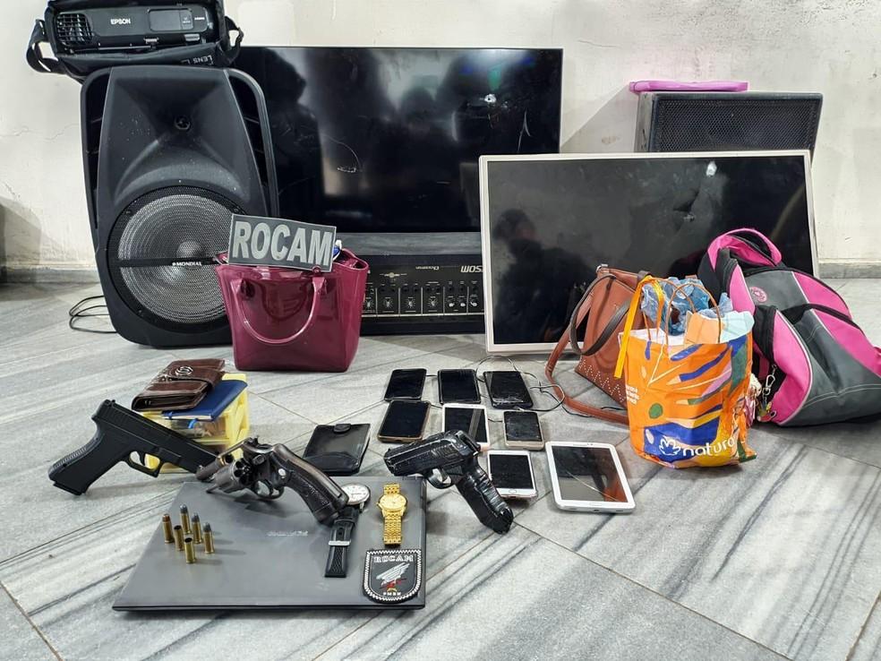 Produtos roubados recuperados após confronto entre policiais e suspeitos de assalto — Foto: Divulgação