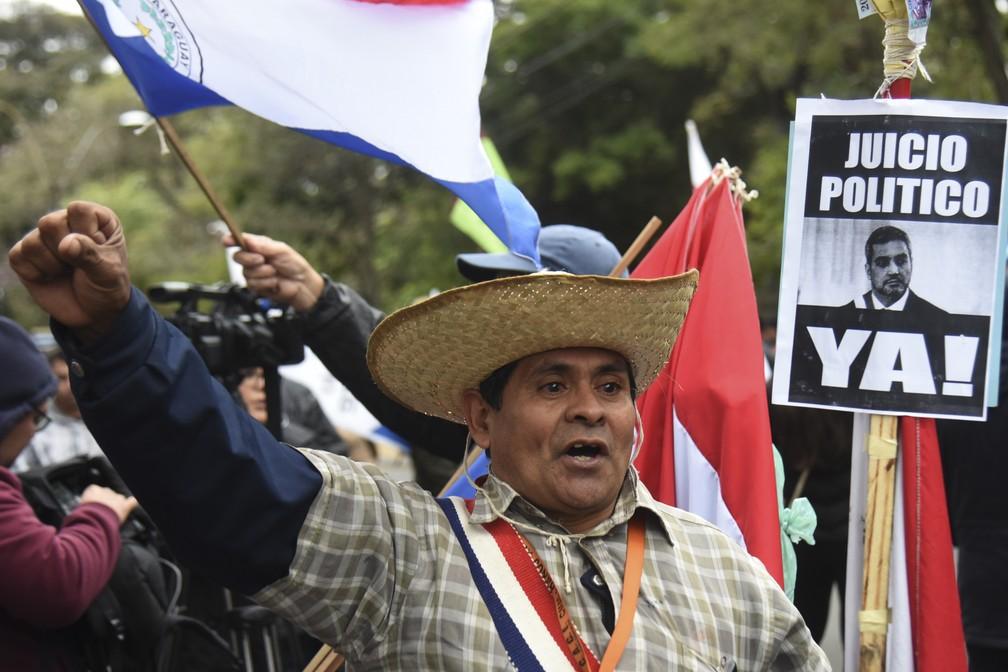 População paraguaia protestou no sábado (27) em Asunción, capital do país, contra o presidente Mulher participa de protesto no sábado (27) em Asunción, capital do Paraguai, contra o presidente Mario Abdo Benítez. — Foto: Norberto Duarte/AFP
