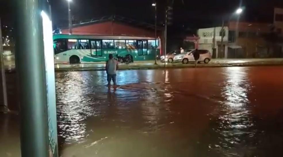 Pessoas se arriscam ao tentar atravessar a Avenida Vilarinho, em Belo Horizonte — Foto: Lucas Franco/TV Globo