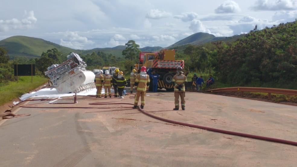 Bombeiros avaliam segurança para remoção da carreta da BR-040, mais de oito horas após acidente. — Foto: Via-040 / Divulgação
