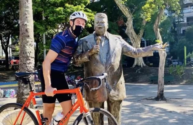 A estátua de Tim Maia também ganhou uma foto ao lado do ator (Foto: Reprodução)