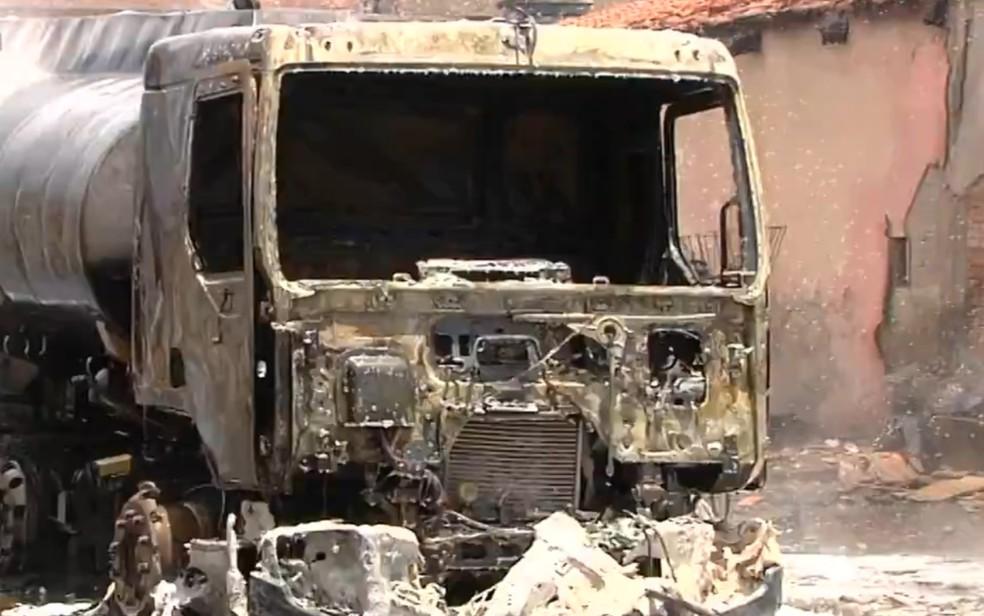 Caminhão ficou completamente destruído — Foto: Reprodução/TV Anhanguera