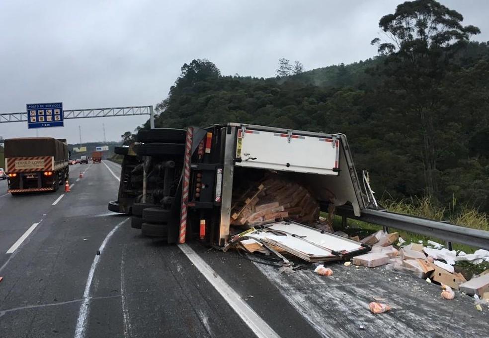 Caminhão tomba e espalha parte de carga de frango congelado