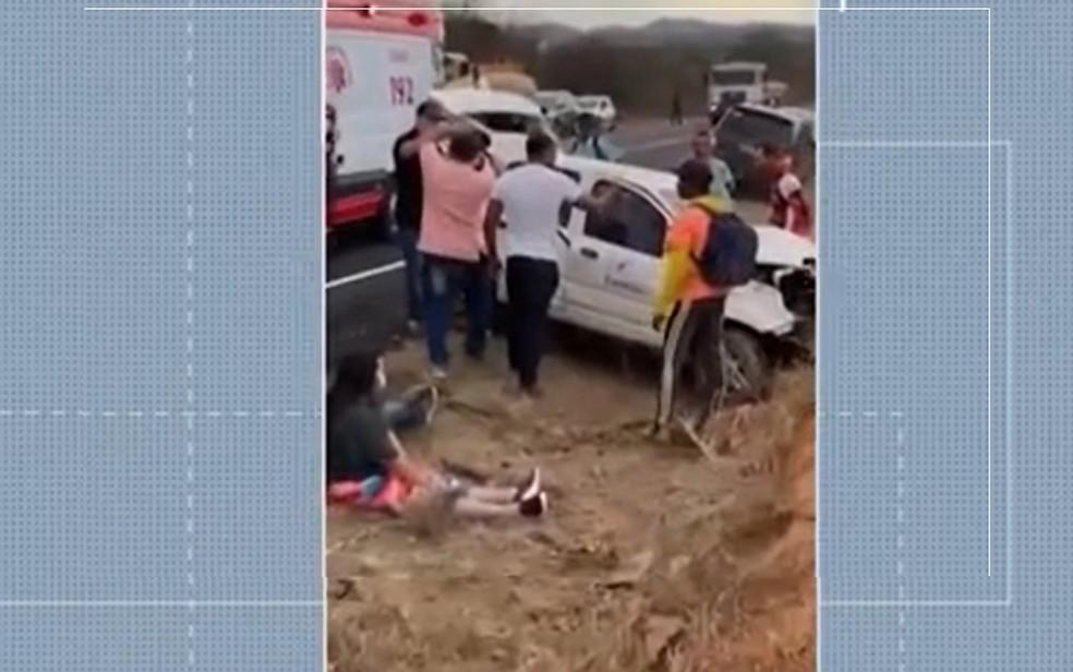 Batida entre dois carros deixa jovem morto e vários feridos em rodovia no sudoeste da Bahia — Foto: Reprodução / TV Sudoeste