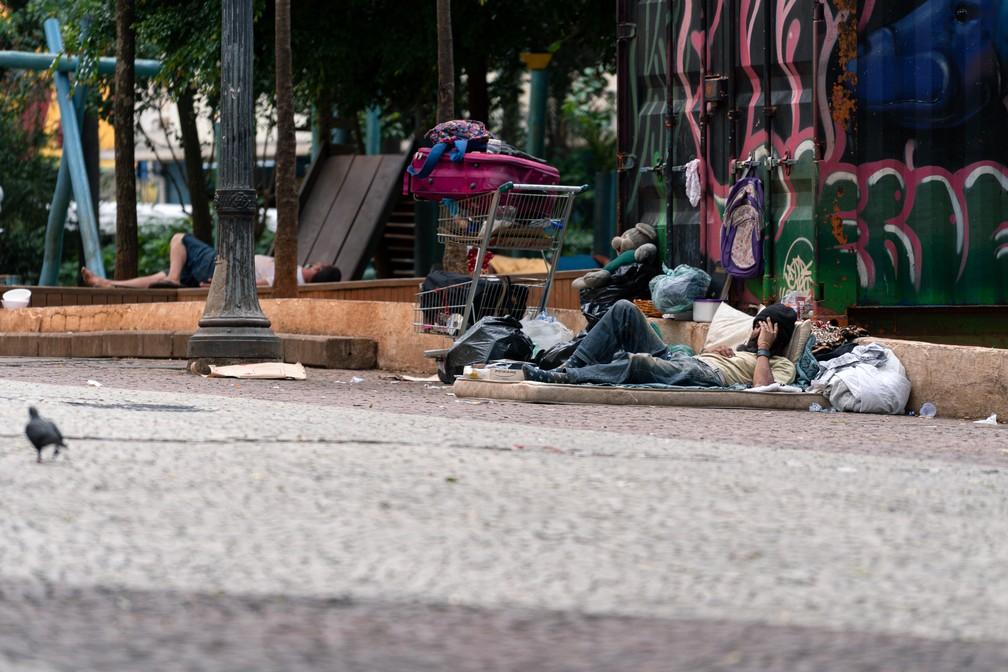 Morador em situação de rua no Lardo do Paissandu, Centro de São Paulo, na tarde do dia 8 de janeiro — Foto: Marcelo Brandt/G1