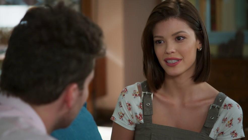Kyra (Vitória Strada) se apresenta como Cleyde e conta relação com Alexia (Deborah Secco) para Alan (Thiago Fragoso) em 'Salve-se Quem Puder' — Foto: Globo