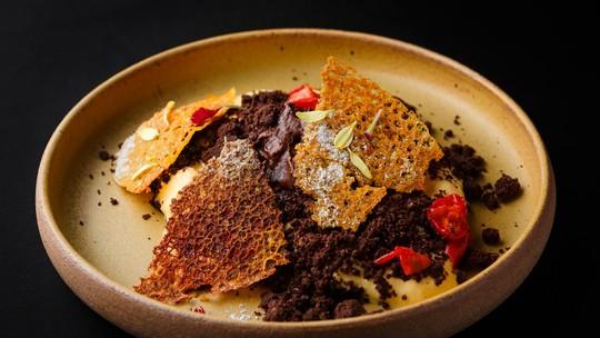 Mousse de Chocolate, Creme Inglês e Tuile de Maracujá com Curry do Time Leo