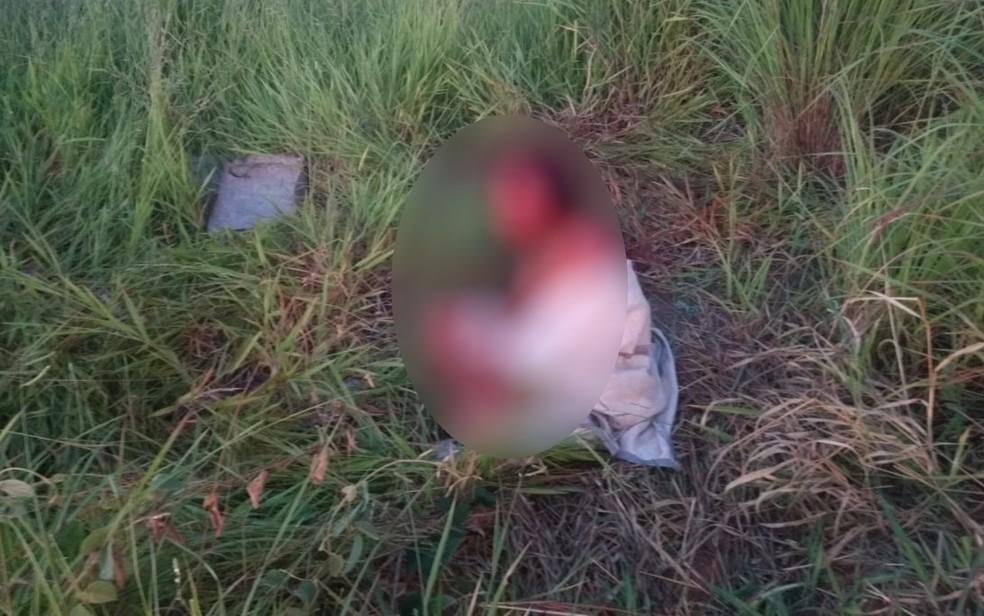 Mulher é encontrada ensanguentada e enrolada a lençol em Abadia de Goiás — Foto: Reprodução/ TV Anhanguera