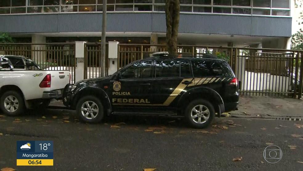 Agentes da PF no prédio do Leblon onde foi preso o banqueiro Eduardo Plass (Foto: Reprodução/TV Globo)