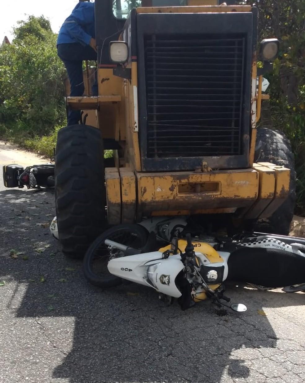 Trator atingiu três motos da Polícia Rodoviária Estadual em Natal — Foto: Redes sociais