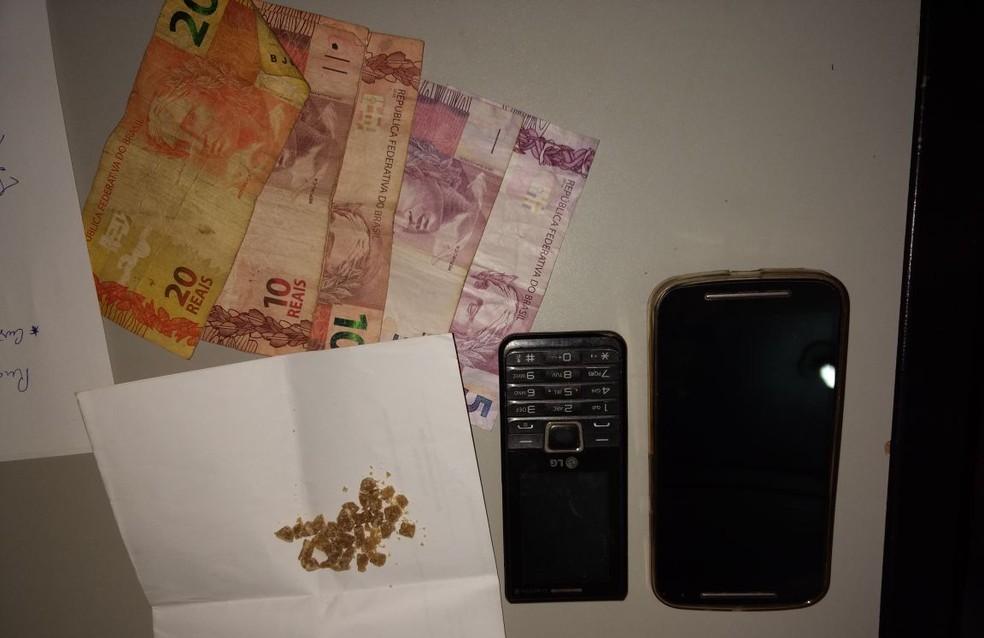 Além da droga, foram apreendidos dois celulares e uma quantia em dinheiro (Foto: Capitão Luciano - Assessor de Comunicação da 3ª CIPM)