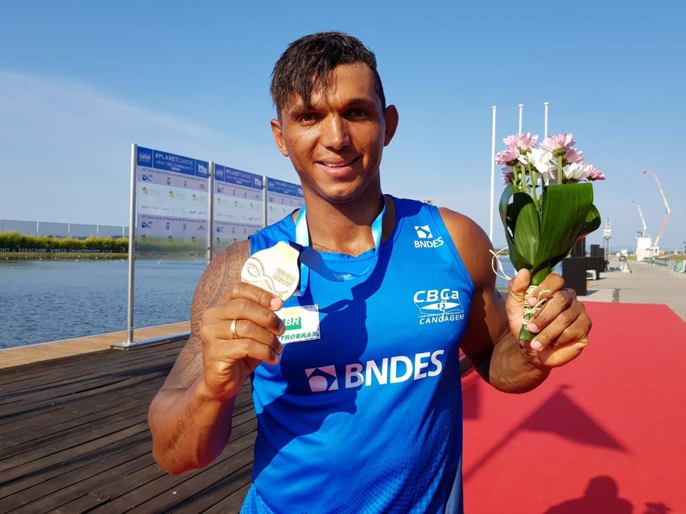 Isaquias Queiroz exibe a medalha de ouro com orgulho (Foto: Helena Rebello)