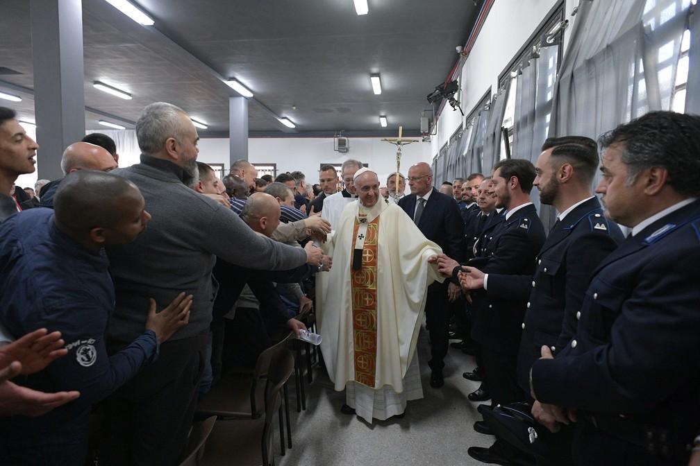Papa Francisco abençoa guardas na prisão de Velletri, em Roma, durante as celebrações da Quinta-feira Santa — Foto: Handout/Vatican Media/AFP