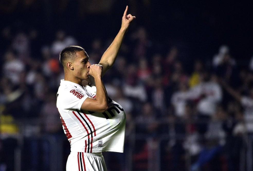 Antony comemora gol em homenagem ao filho — Foto: Marcos Ribolli