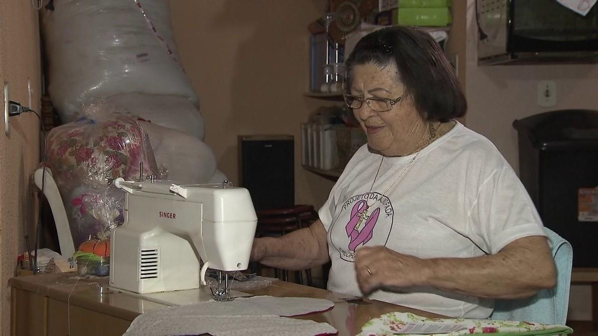 Aposentada faz almofadas para mulheres que venceram câncer de mama no DF