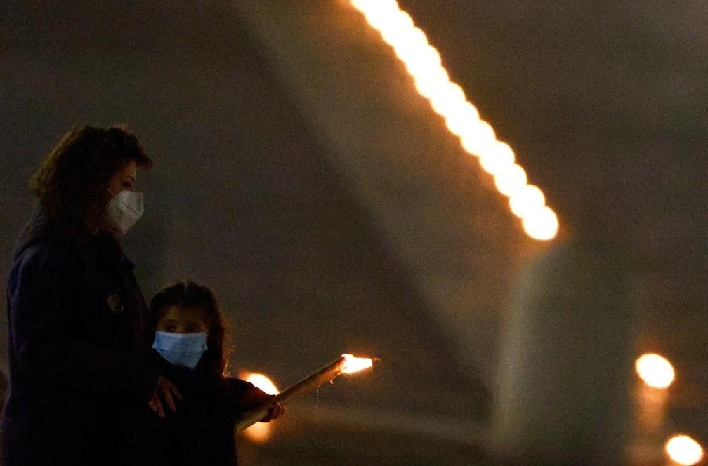 Poucos fiéis uderam participar da celebração da Via-Sacra  no Vaticano, pelo segundo ano consecutivo, por causa da pandemia de coronavírus — Foto: Reuters/Guglielmo Mangiapane