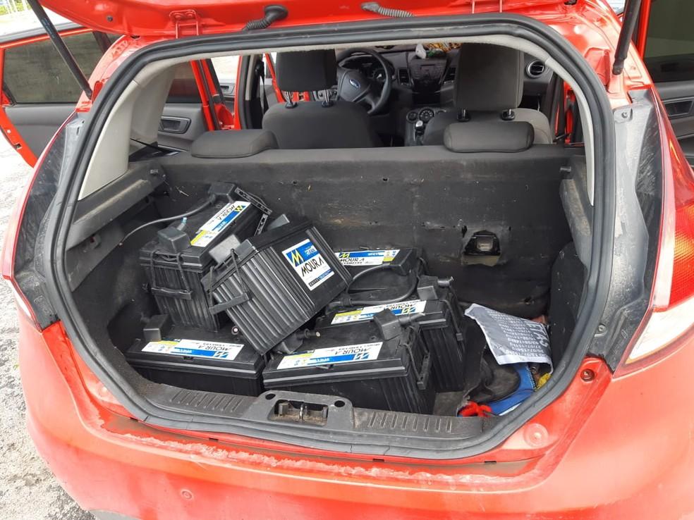 Dupla é presa suspeita de furto interestadual de baterias de torres de telefonia e internet na PB, PE e AL — Foto: PRF-PB/Divulgação