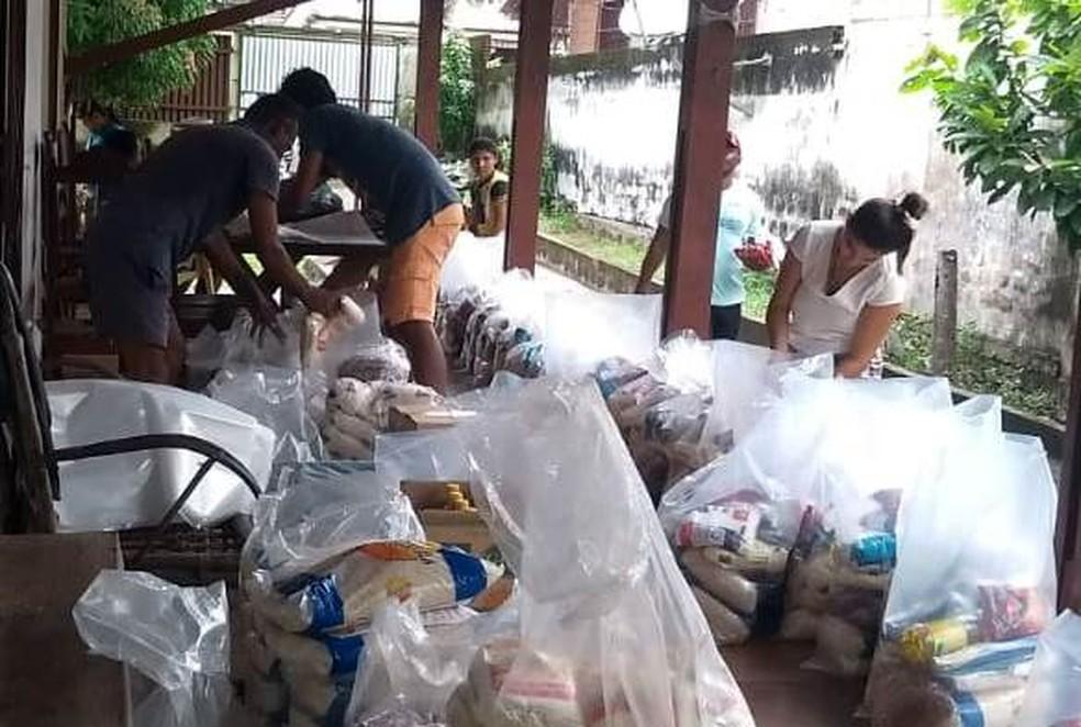 Cestas estão sendo produzidas para serem entregues a moradores de comunidades quilombolas de Oriximiná — Foto: Arqmo/Divulgação