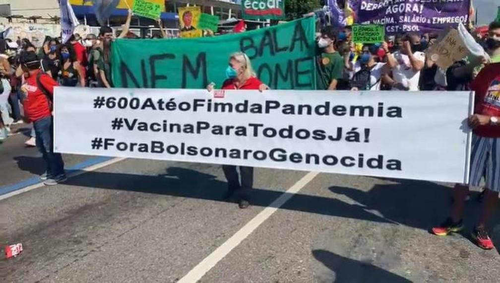 Manifestantes pedem mais agilidade na vacinação contra a Covid-19 (3/7) — Foto: Arthur Guimarães / TV Globo