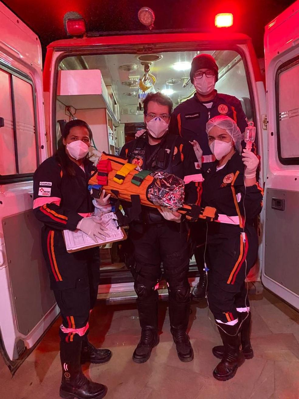 Samu e Corpo de Bombeiros ajudaram no resgate do recém-nascido que sobreviveu a um acidente com cinco mortos em MG — Foto: Samu/Divulgação