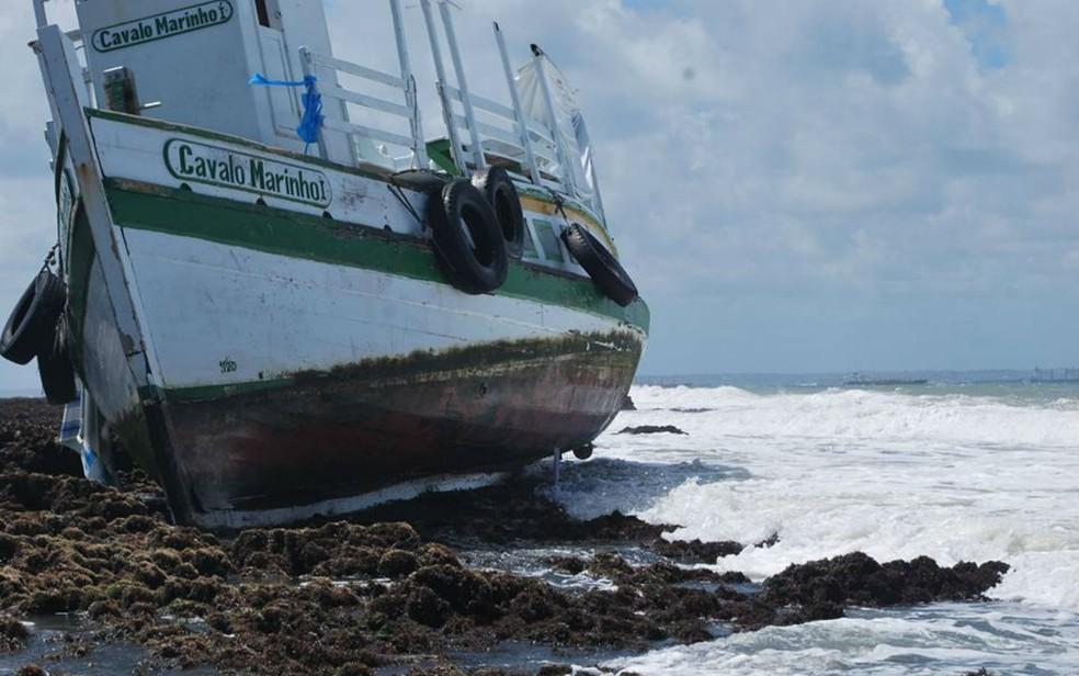 Lancha ficou presa nos arrecifes próximo ao local onde virou (Foto: Afonso Santana/Arquivo pessoal)