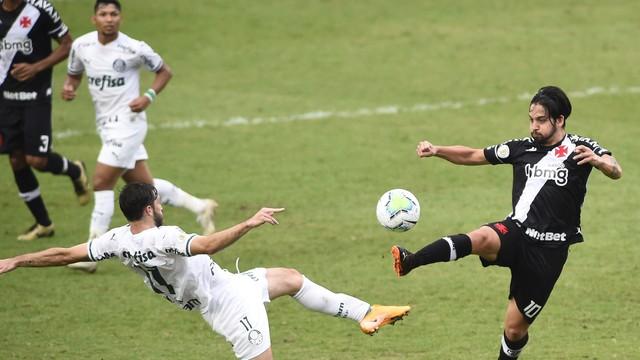 Viña e Benítez em lance de Vasco x Palmeiras