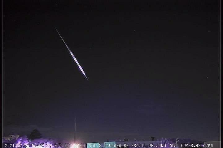 Observatório registra imagem de meteoro que cruzou o céu do RS; veja vídeo