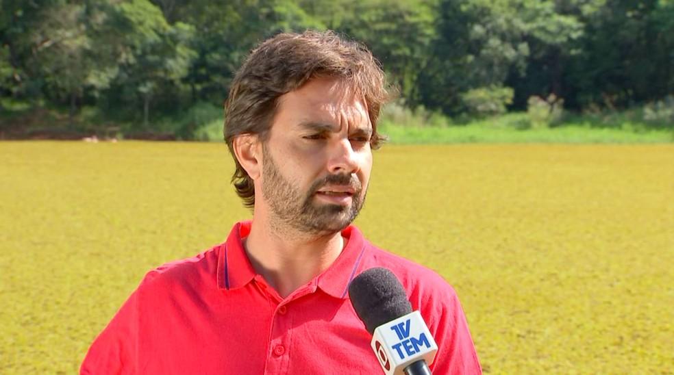 Secretário-adjunto de meio ambiente, Eliel Pacheco Júnior, suspeita de vazamento de esgoto, somado a assoreamento da lagoa — Foto: TV TEM/Reprodução