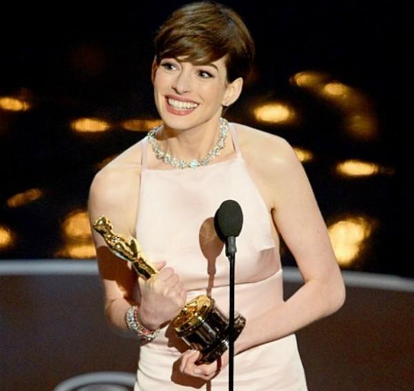 Anne Hathaway recebendo Oscar em 2013 (Foto: Reprodução Instagram)