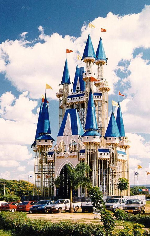 Réplica do castelo da Cinderela construído no estacionamento de shopping de Brasília, em 1997 — Foto: Reprodução