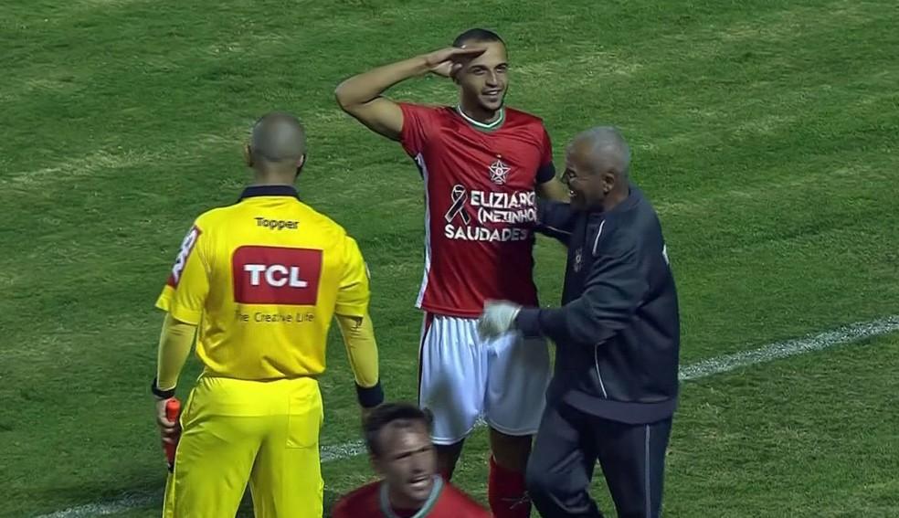 Thaciano comemora um dos 10 gols pelo Boa Esporte (Foto: Reprodução Premiere FC)