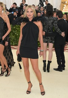 Kate Moss com vestido mini by Saint Laurent