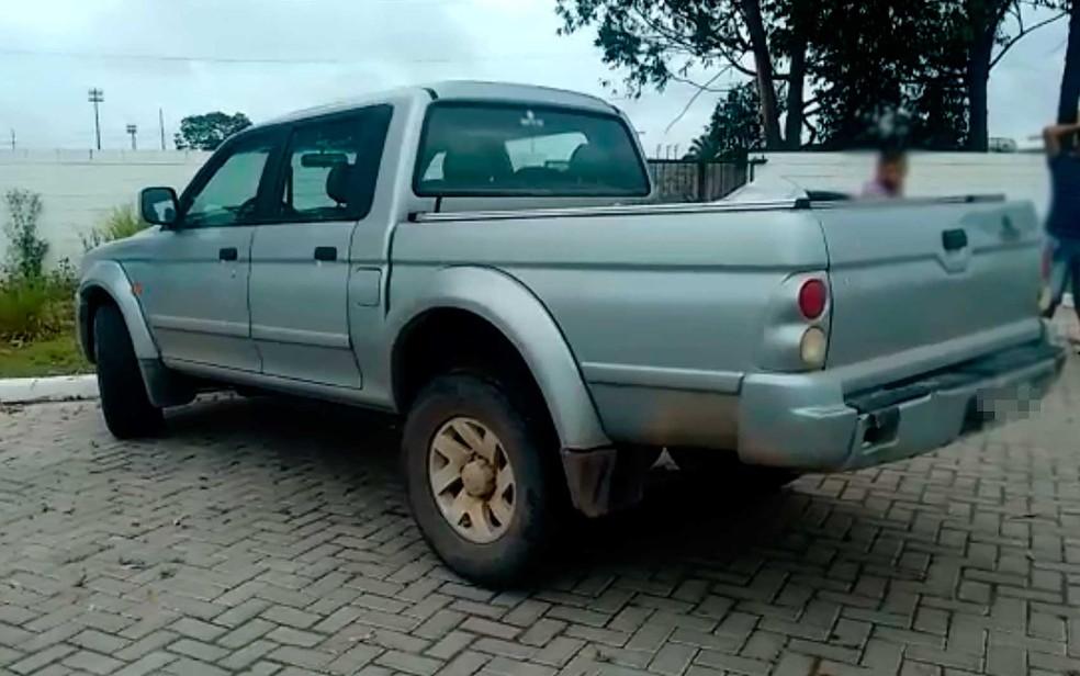 Carro que motorista estava dirigindo e ao dar ré atingiu criança no sul da Bahia (Foto: Taísa Moura/TV Santa Cruz)