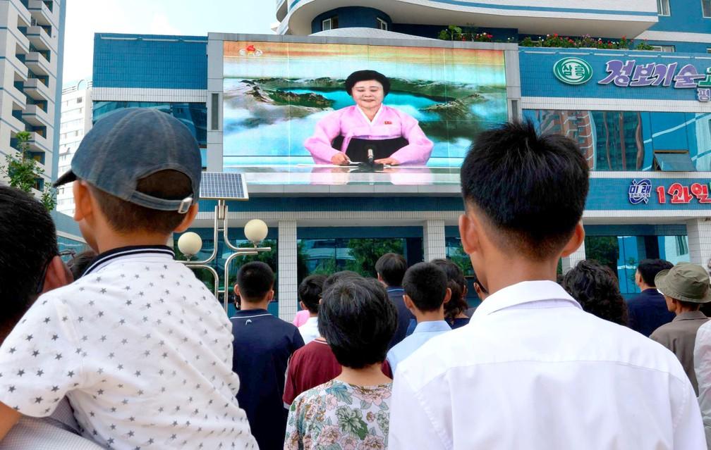 Norte-coreanos são informados sobre novo teste nuclear em Pyongyang (Foto: Kyodo/via REUTERS)