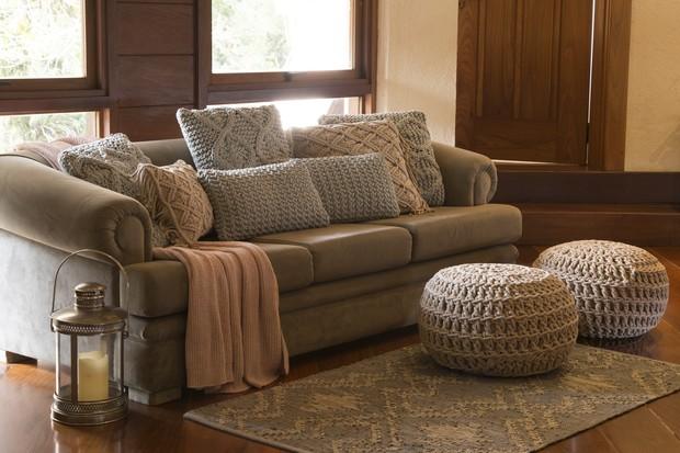 Outro ambiente de estar revela almofadas, pufes e tapete da coleção Pacific (Foto: Divulgação)